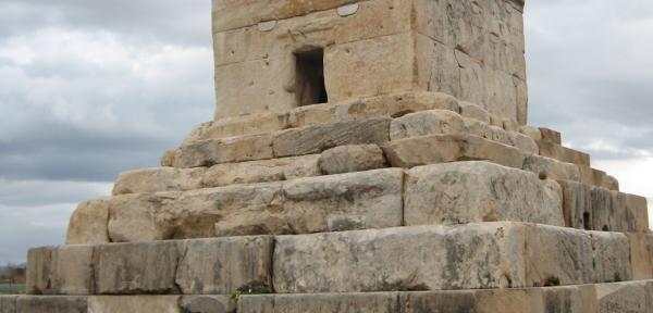 Davanti-alla-tomba-di-Ciro.jpg