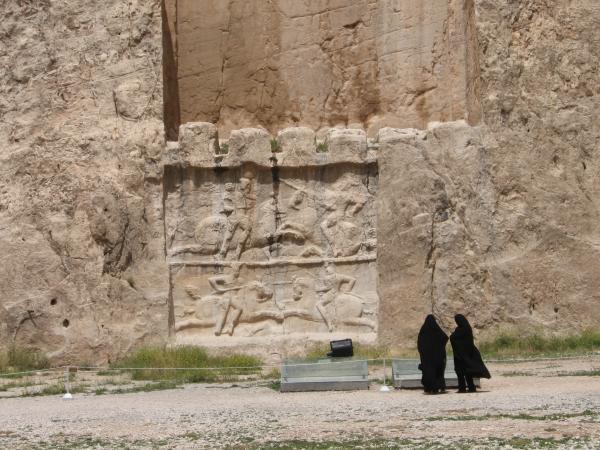 Turiste-in-visita-alle-tombe-di-Naus-e-Rostan.jpg